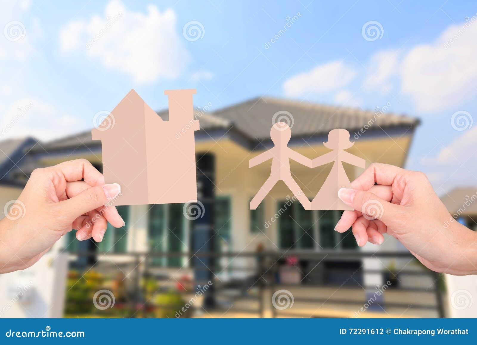 Download Руки держа бумаги семьи на домашней предпосылке Стоковое Фото - изображение насчитывающей concept, дети: 72291612