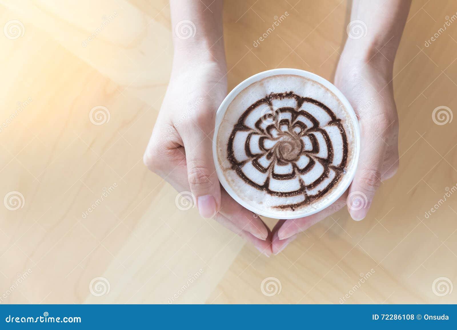 Download Руки держа чашку горячего шоколада Стоковое Фото - изображение насчитывающей кружка, свеже: 72286108