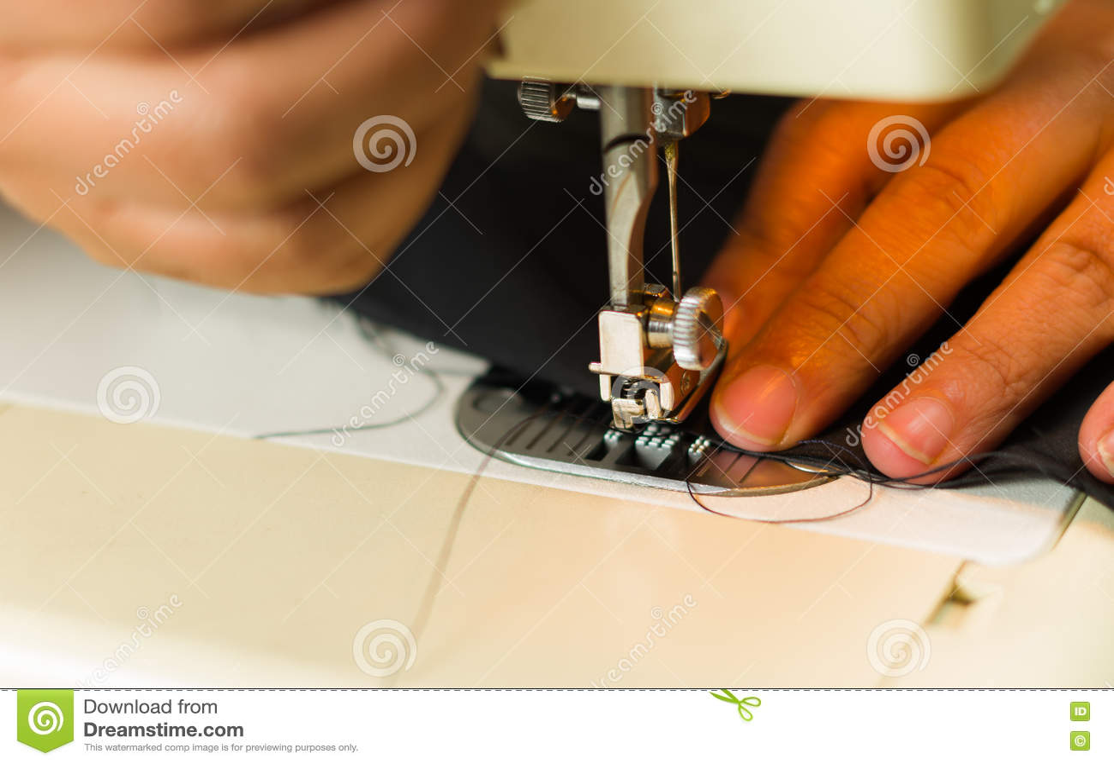 Download Руки делая красивую работу в швейной машине, выбрали вверх иглы и потока Стоковое Фото - изображение насчитывающей athabasca, рука: 72283476