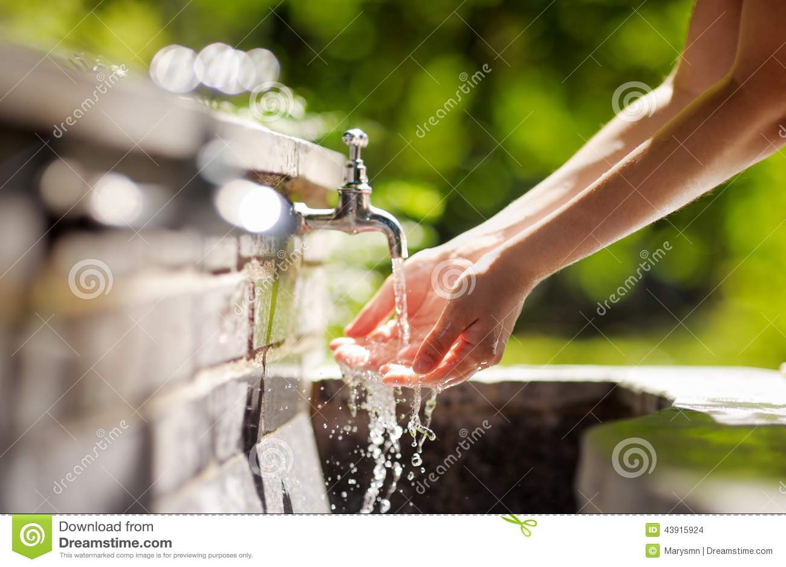 Руки женщины моя в фонтане города