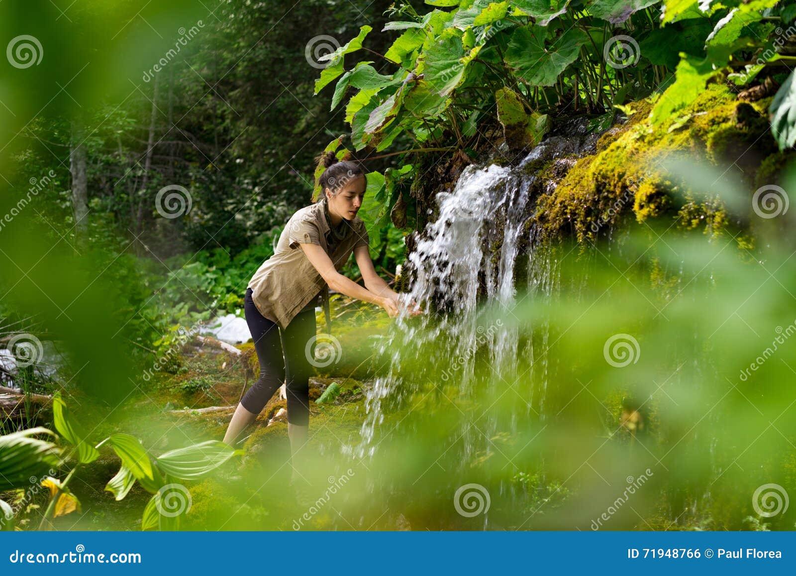 Руки женщины моя на водопаде