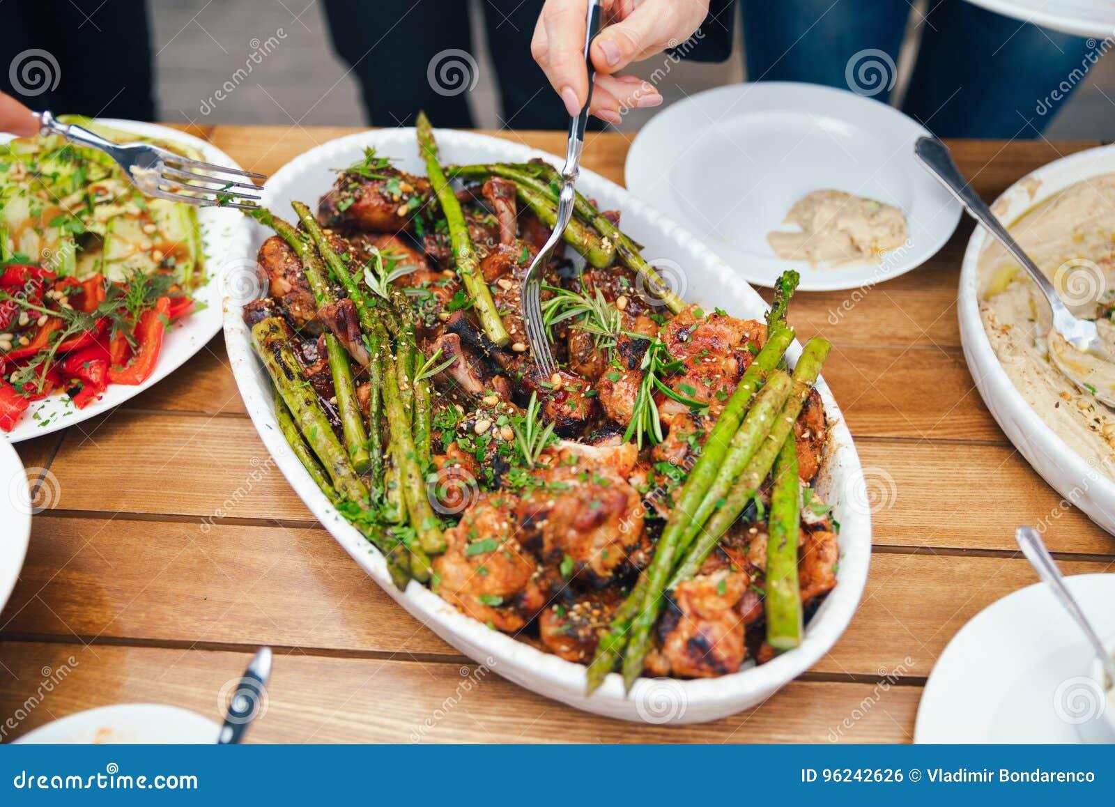 Руки женщин складывают еда в плите обеда Концепция питания buffed Питание обед Концепция делить
