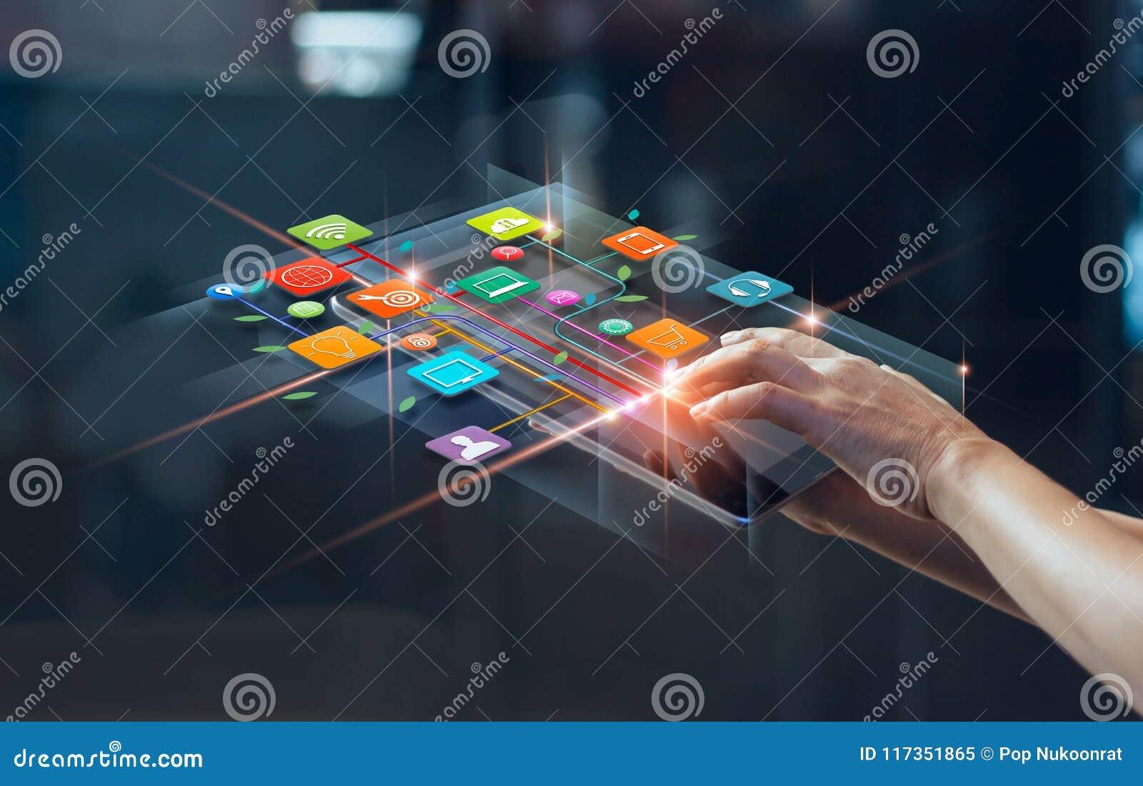 Руки используя передвижные оплаты, маркетинг цифров, сеть банка