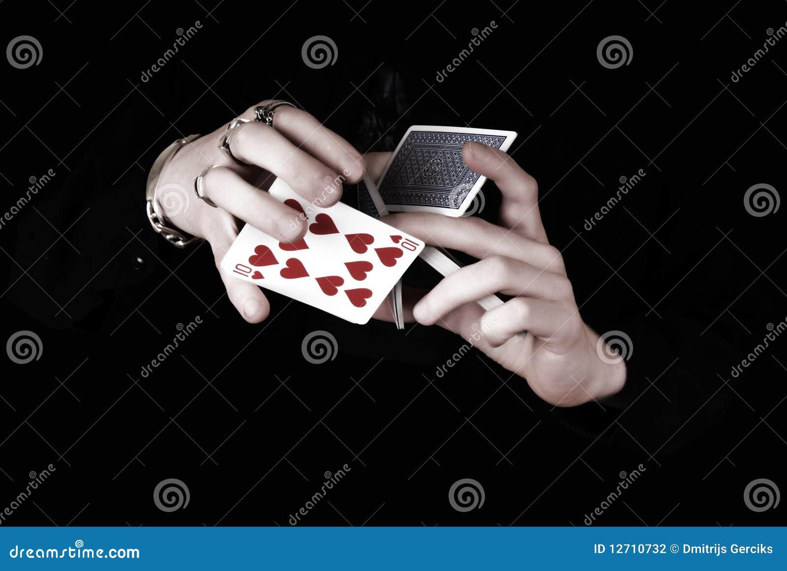 руки карточек держа игру серии