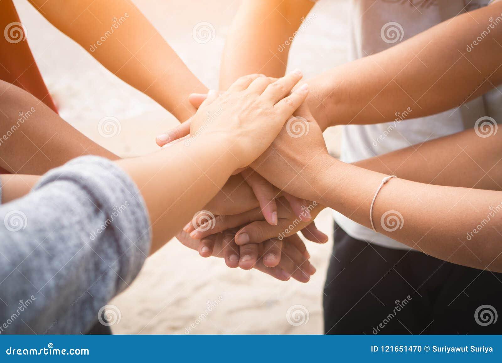 Руки крупного плана объединенные на предпосылке моря Приятельство, сыгранность