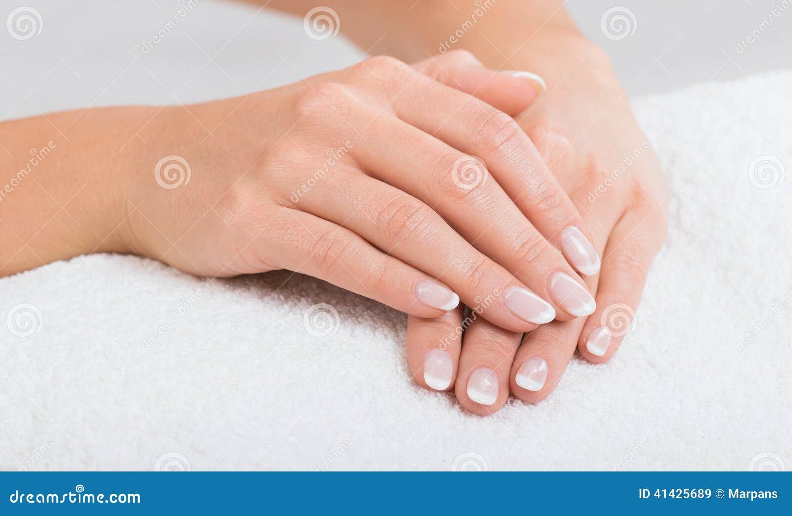 Руки на полотенце - маникюре