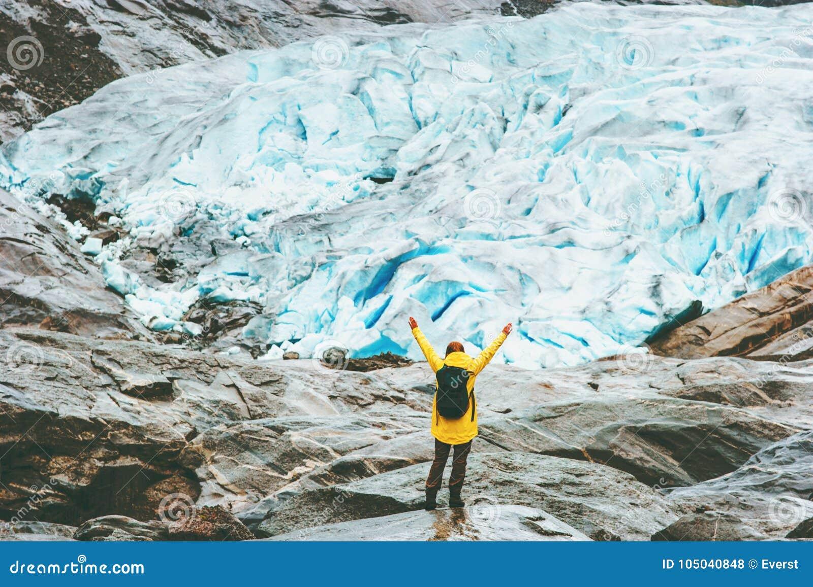 Руки поднятые женщиной путешествуя в Норвегии