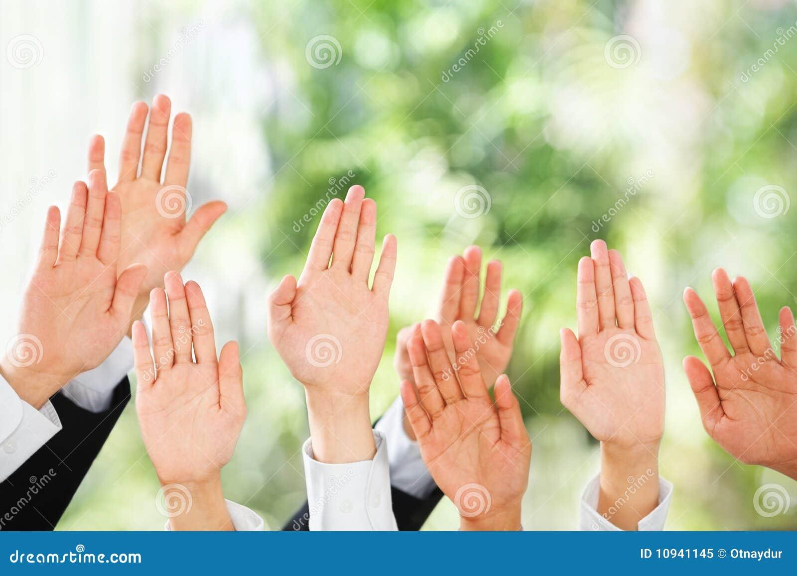 руки предпосылки зеленые над людьми поднимают их поднимающее вверх