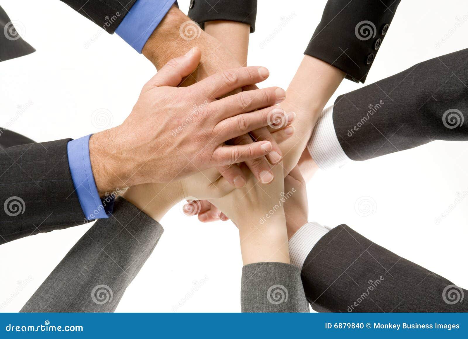 руки предпринимателей совместно