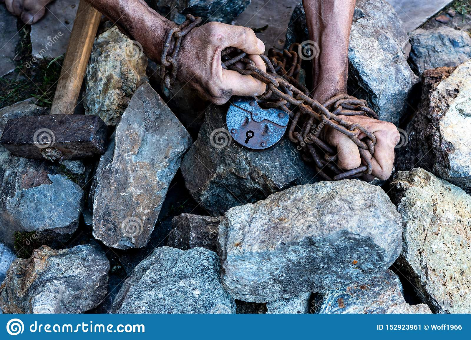 Руки раба в попытке выпустить Символ рабского труда Руки в цепях