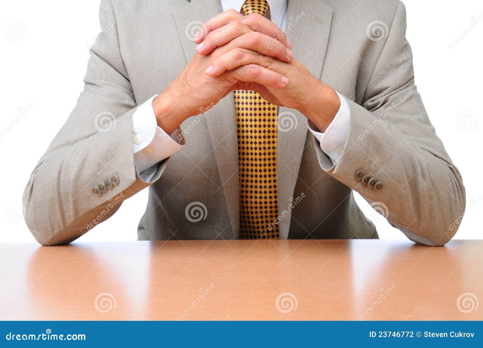 сосет довел рукой на столе тому