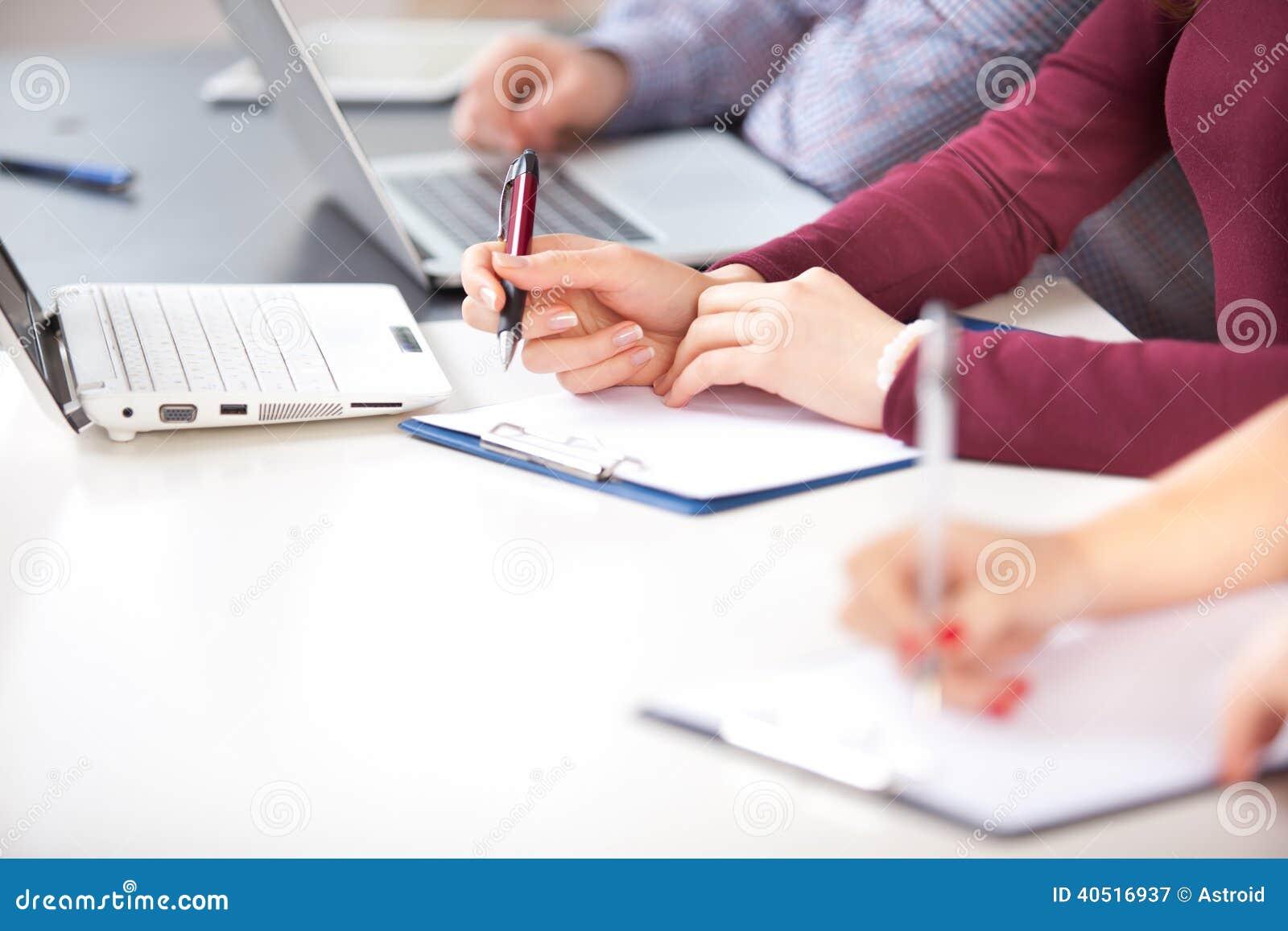 Руки с ручкой