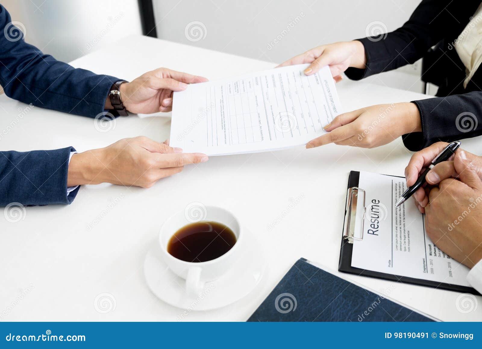 Руки человека давая портфолио применения к человеку HR в офисе fo