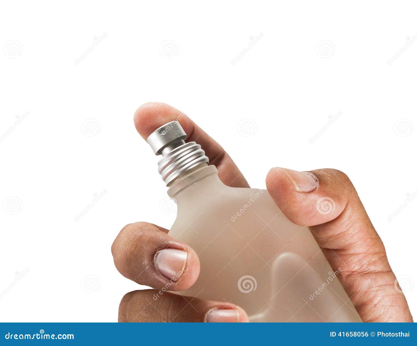 Руки человека с флаконом духов