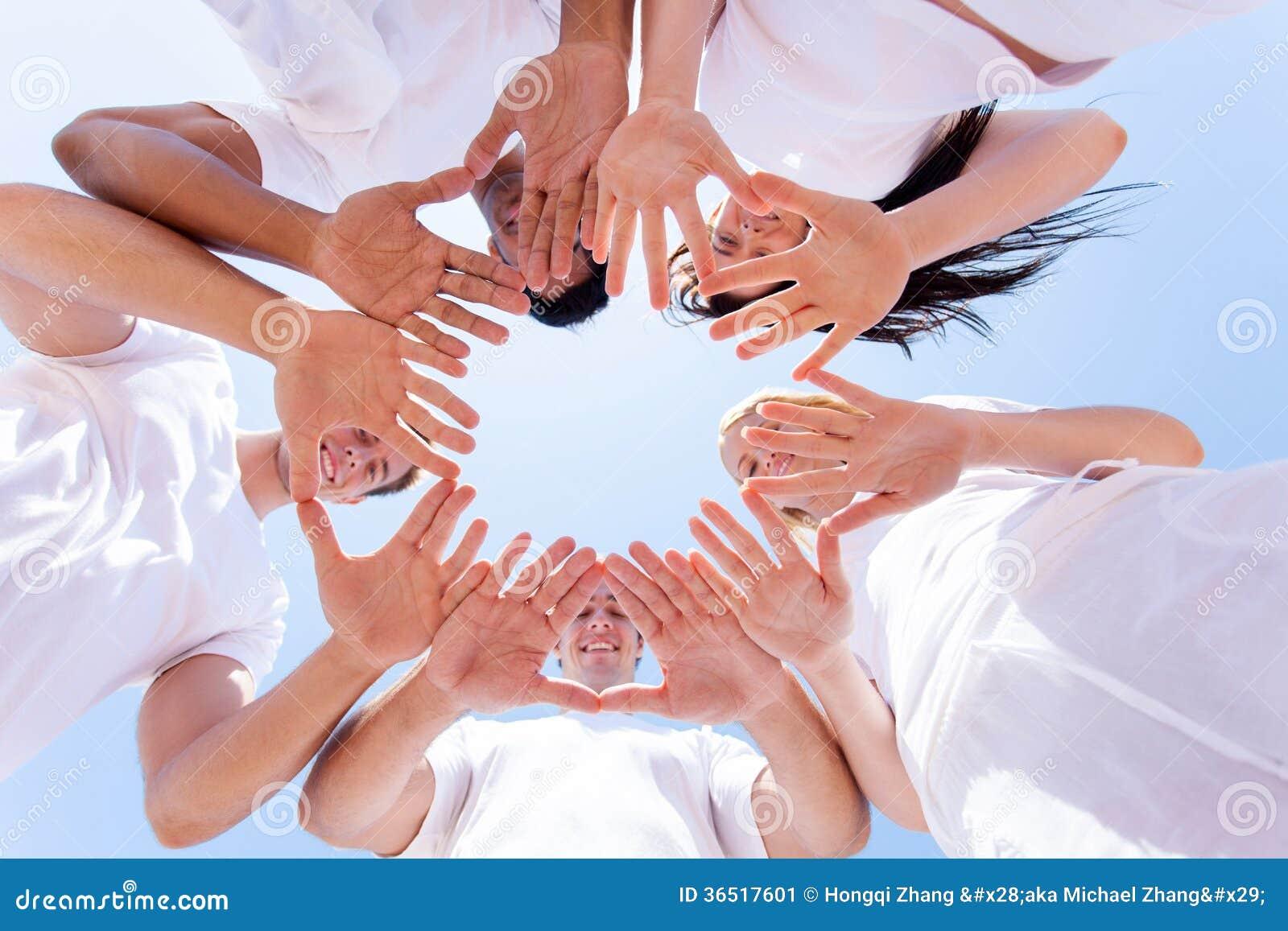 Руки людей совместно
