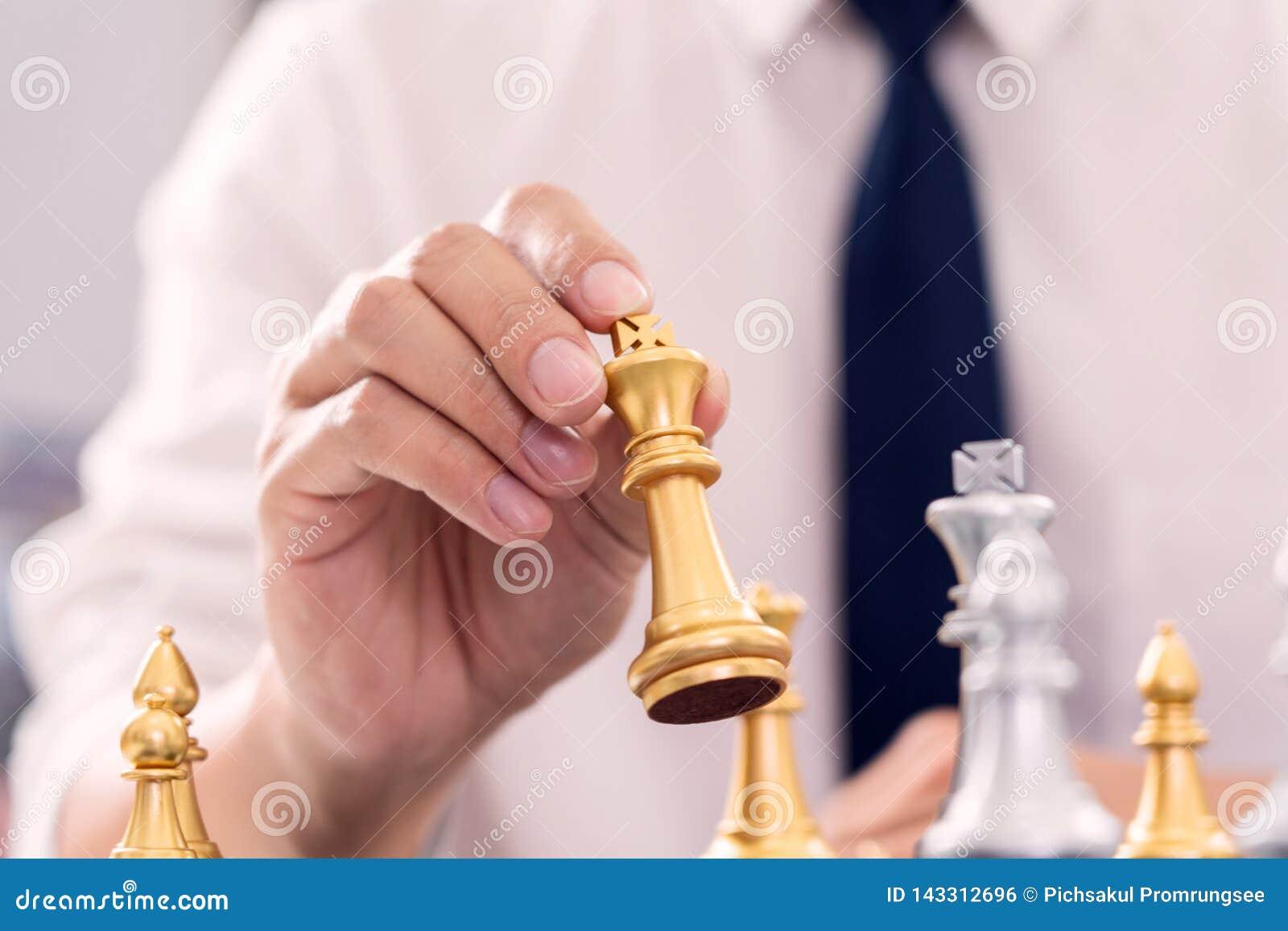 Руководитель победы и концепция успеха, игра бизнесмена принимают диаграмме мата другого короля с командой на шахматной доске и
