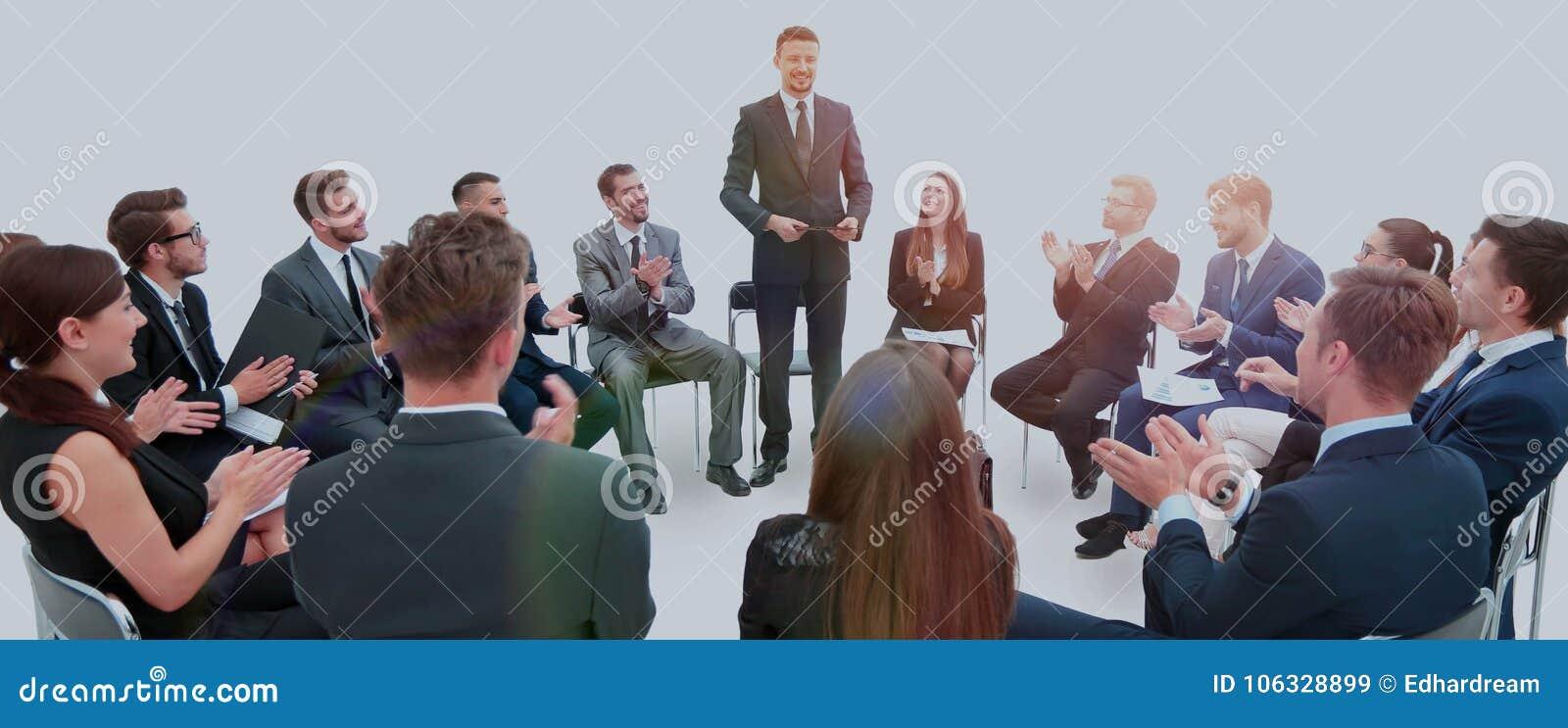 Руководитель проводит тренировку с командой дела прежде чем вы начинаете бюстгальтер