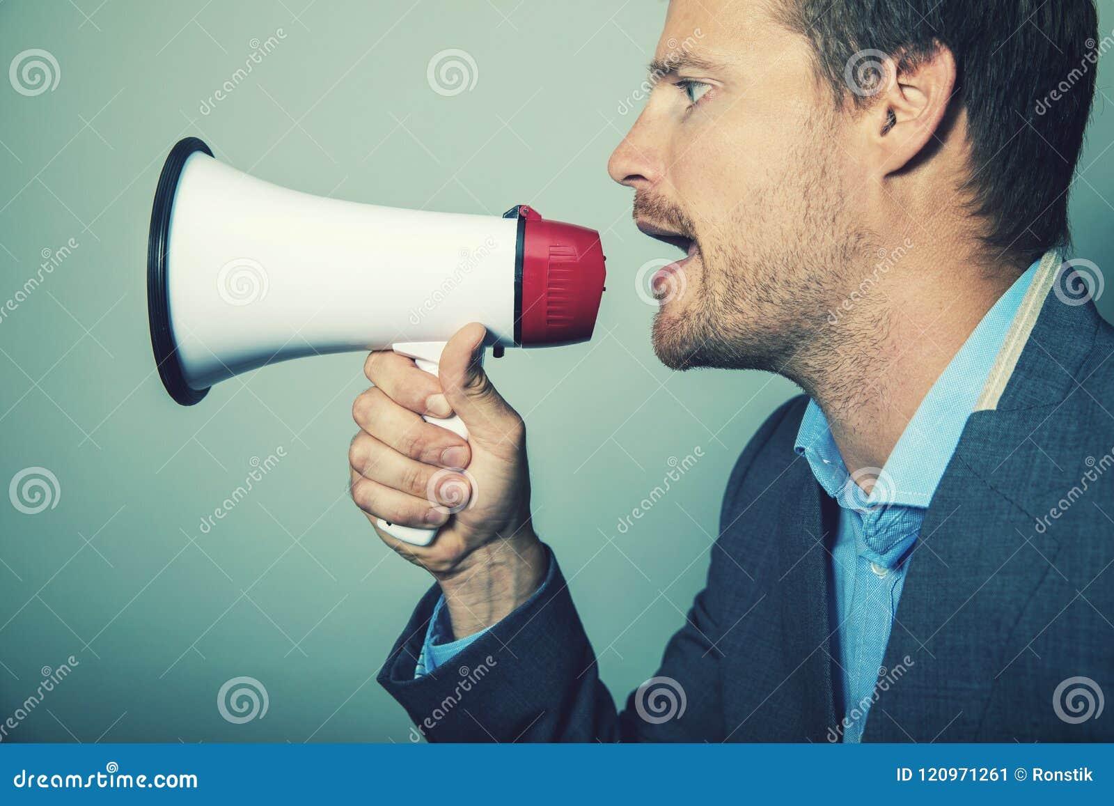 Руководство дела - бизнесмен с мегафоном