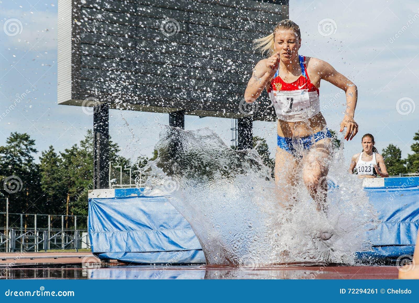 Download Руководитель спортсменок гонки на беге с препятствиями Редакционное Фото - изображение насчитывающей атеросклероза, бегунки: 72294261