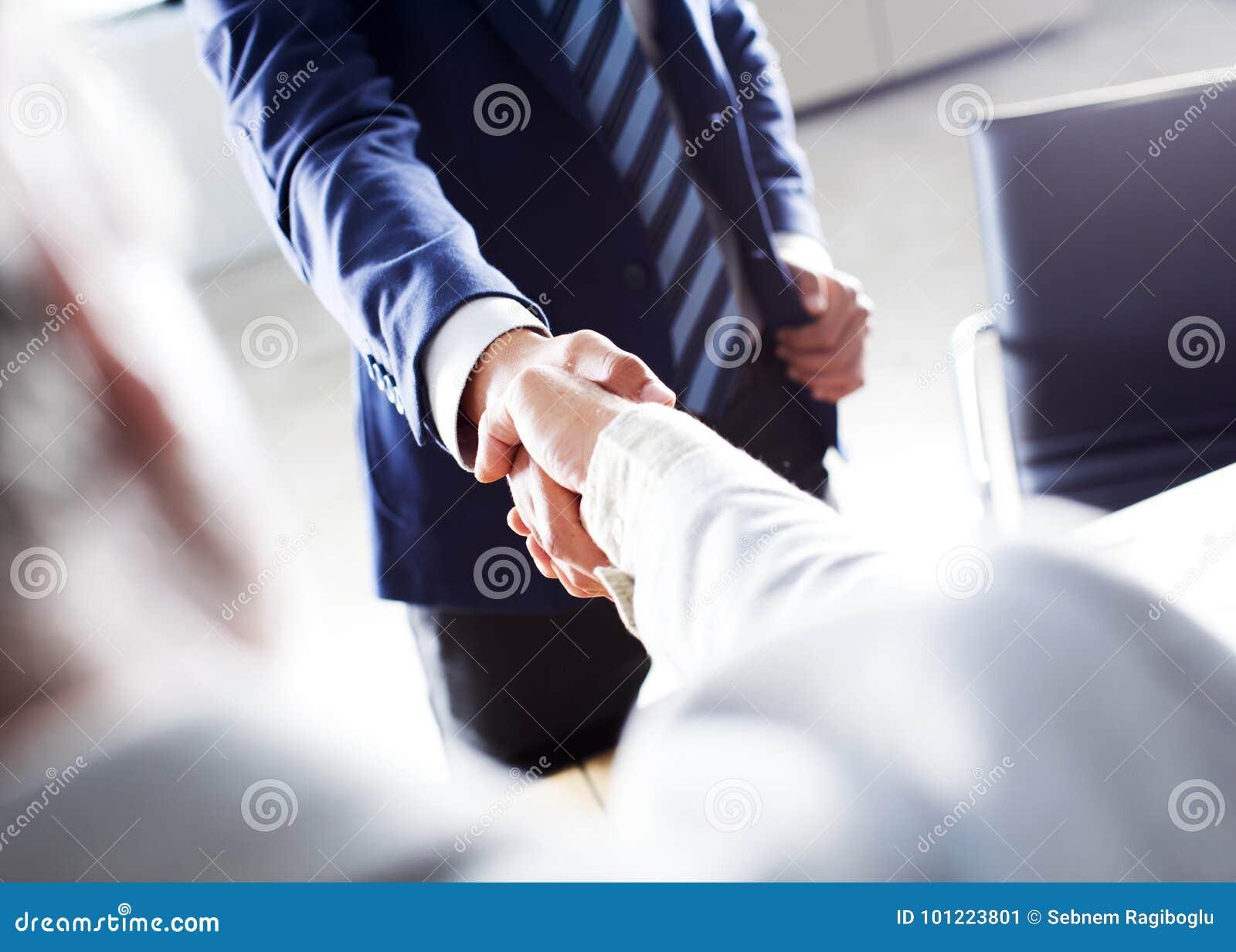 Рукопожатие дела в офисе