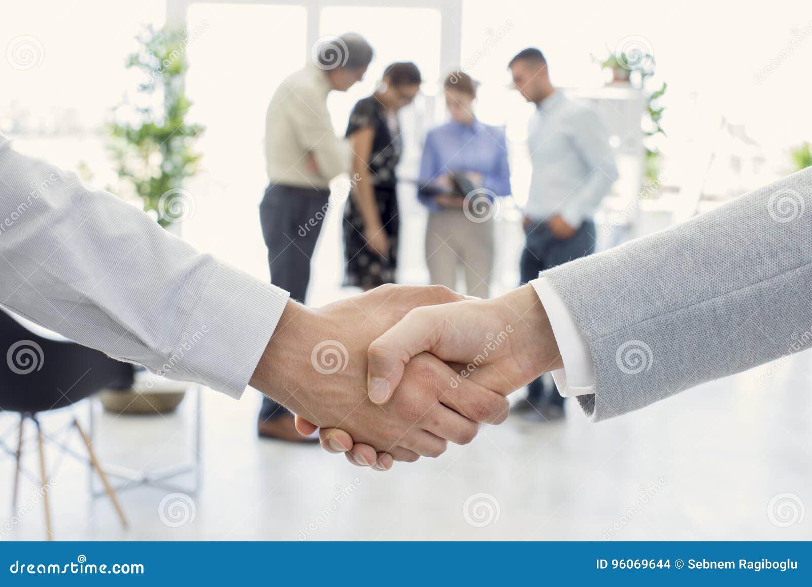 Рукопожатие и бизнесмены дела