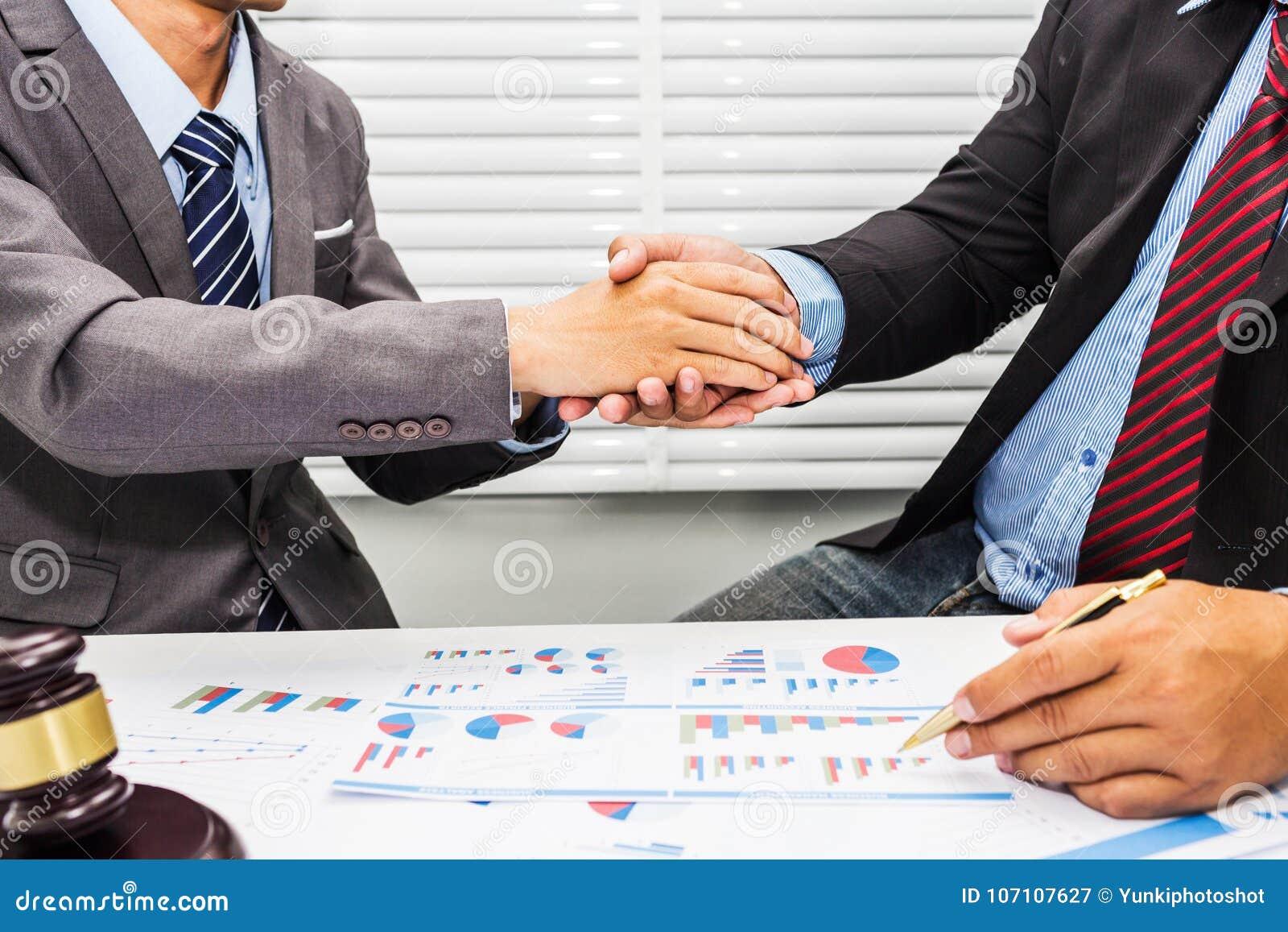 Рукопожатие между юристом и мужским работником офиса