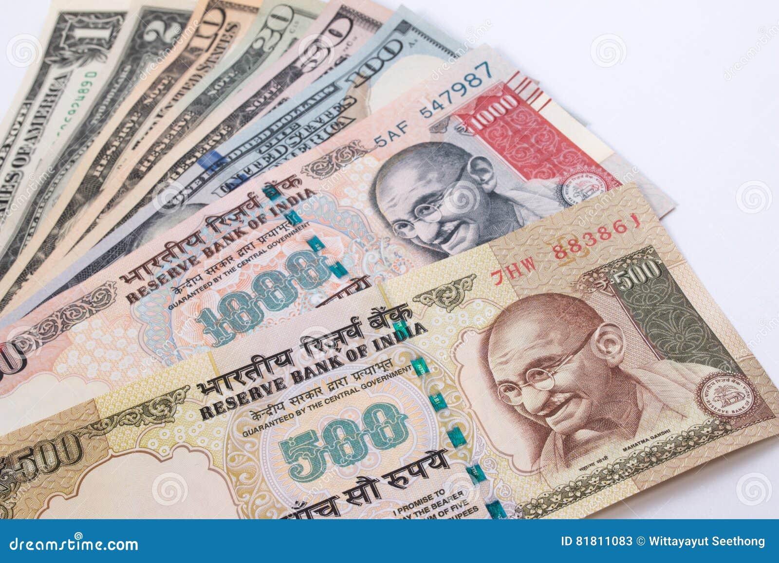 Рупия 500 и Индии банкнота 1000 над банкнотой доллара США