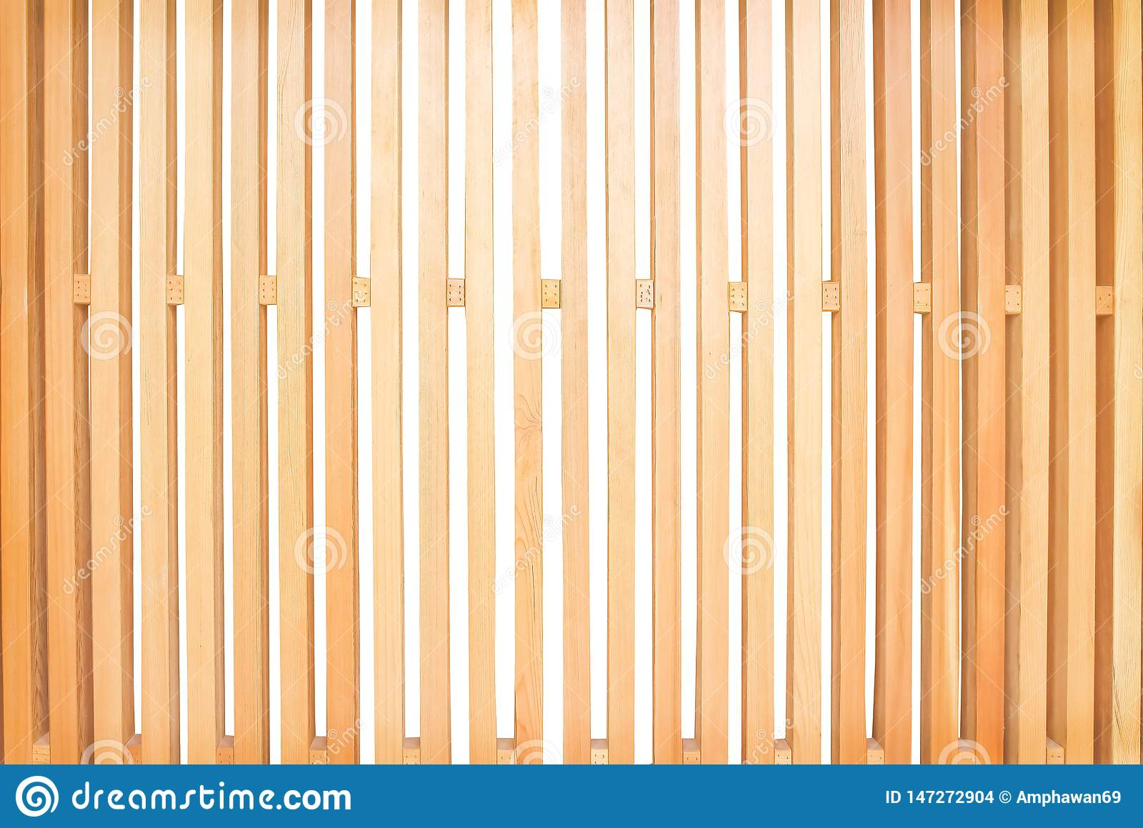 Русая деревянная загородка с картинами пустого пространства чередуя в вертикали сформировала изолированный на белой предпосылке
