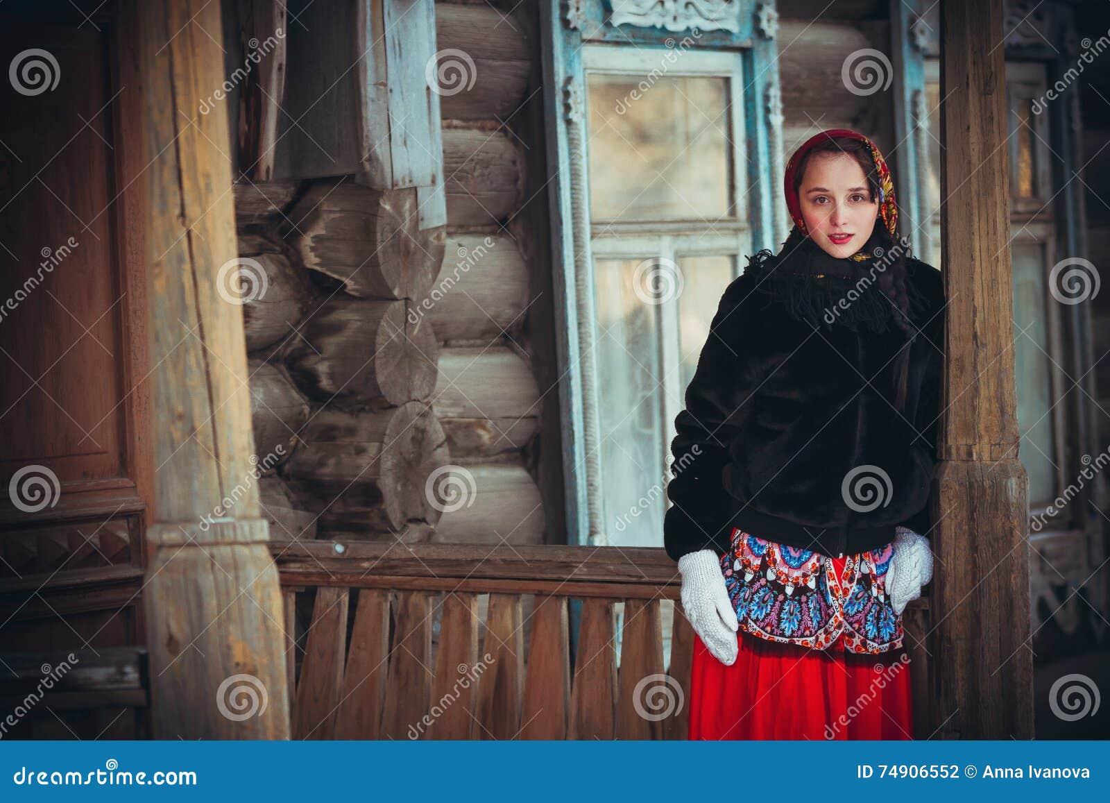 Девушка в деревне фото
