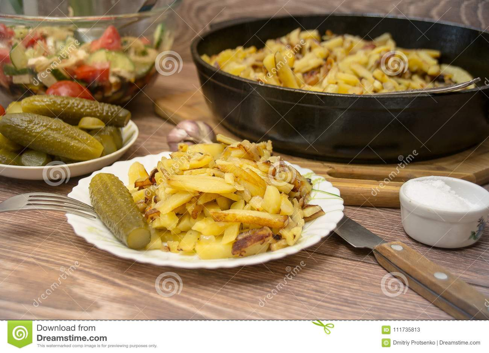 Русская национальная кухня: зажаренные картошки с замаринованным огурцом, чесноком