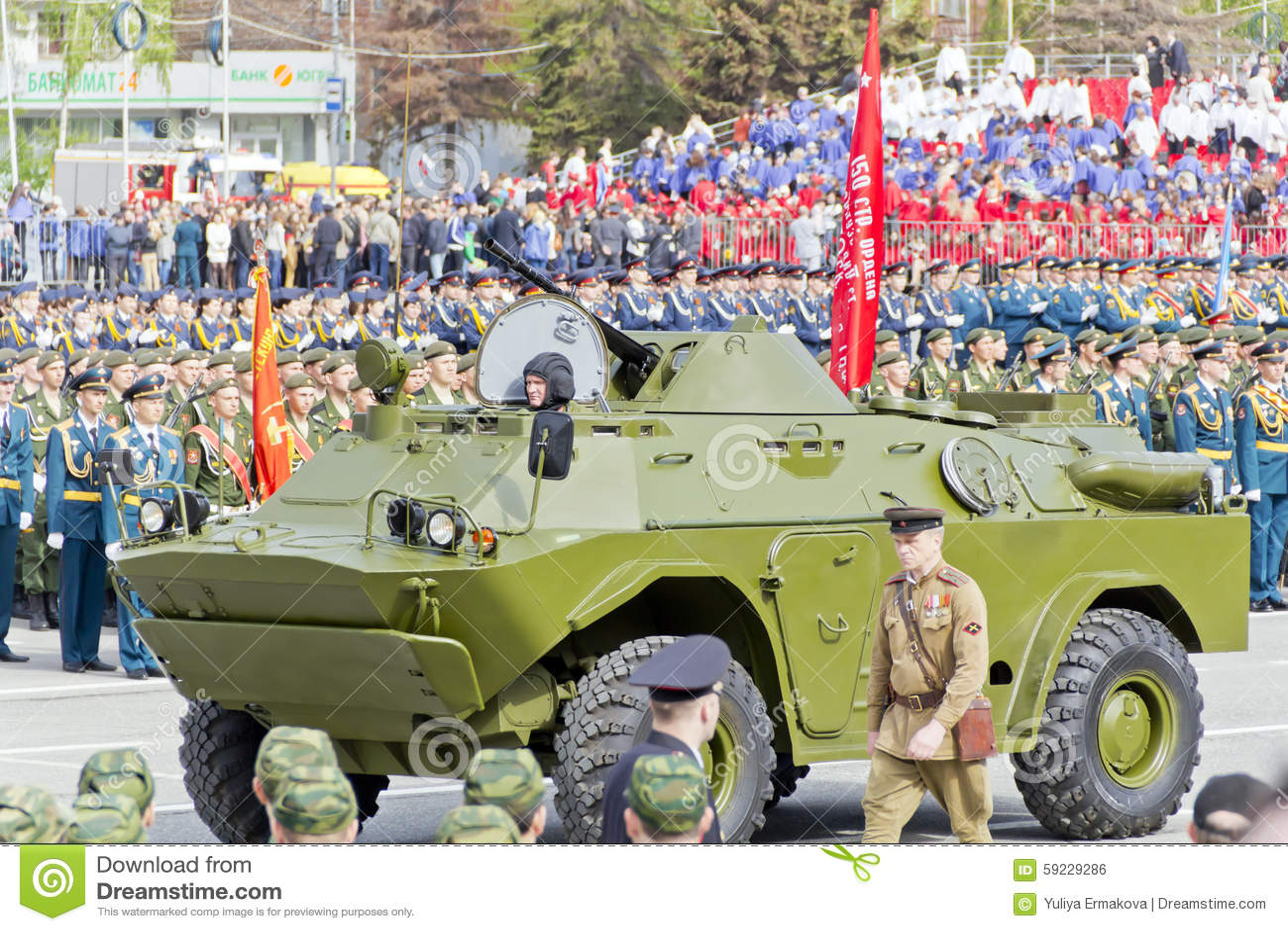 Русские войска транспортируют на парад на ежегодный день победы