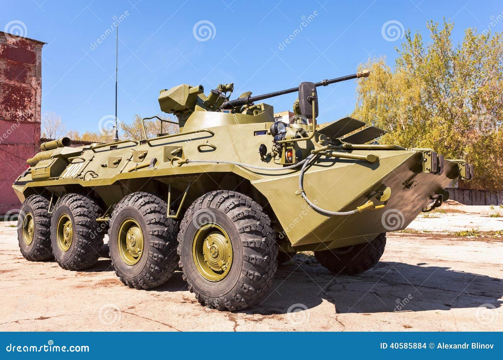 Русский бронетранспортер бронированного корабля армии катят BTR-82, который