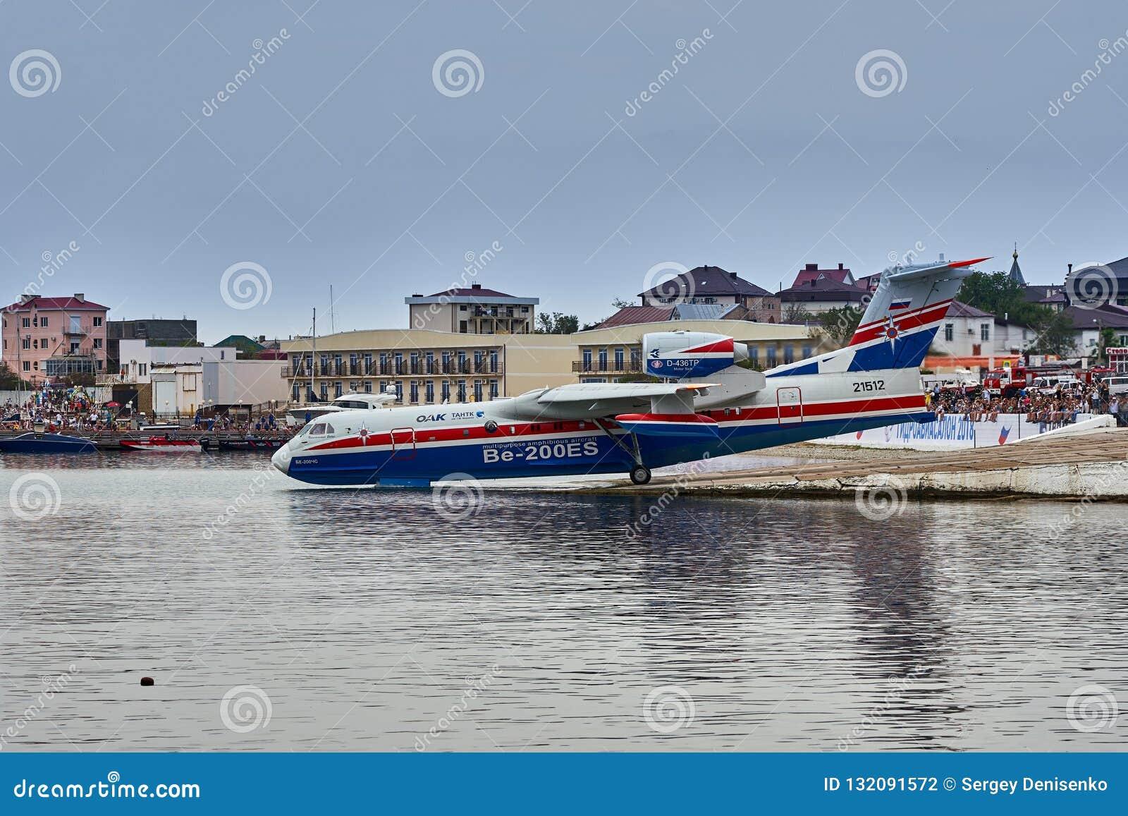 Русское универсальное воздушное судно Beriev Be-200ES лодкамиамфибии собирает воду и подготавливает принять от ровной поверхности