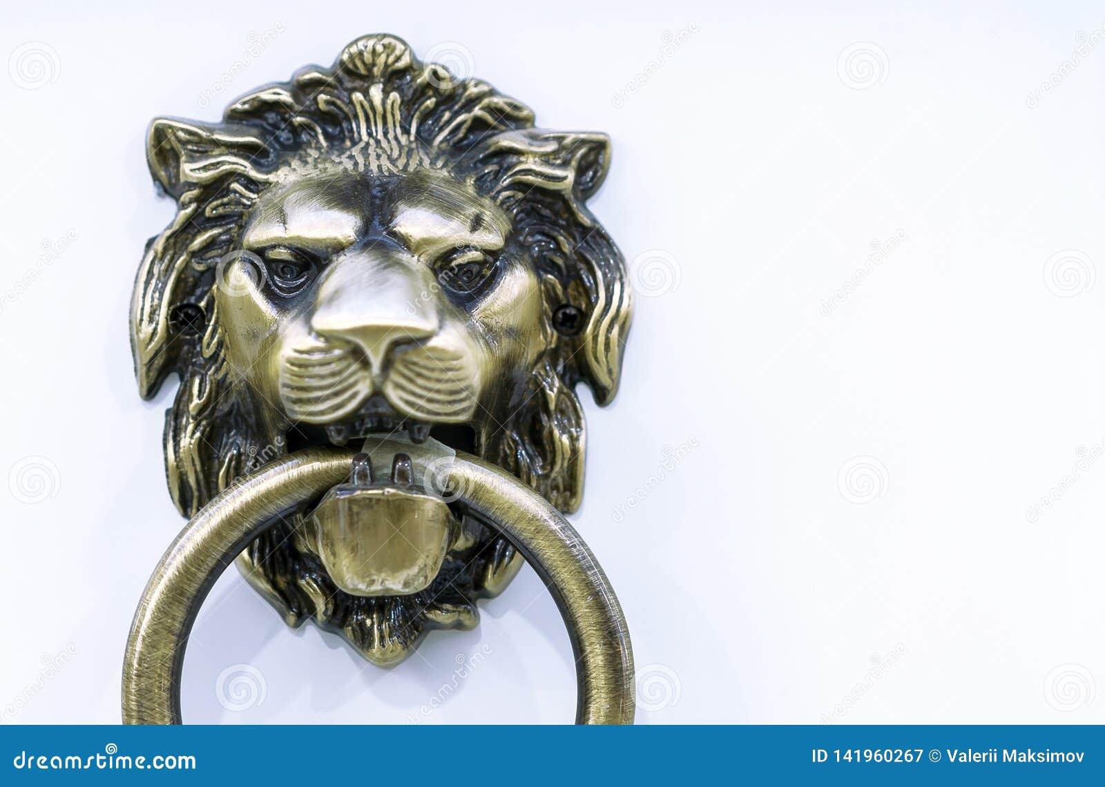 Ручка двери с кольцом в форме головы льва