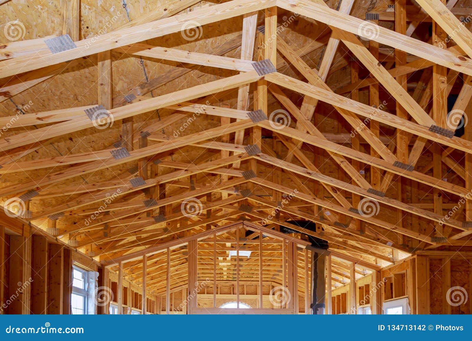 Ручка конца-вверх новая построила домой под конструкцией под рамкой структуры голубого неба обрамляя деревянной деревянных домов