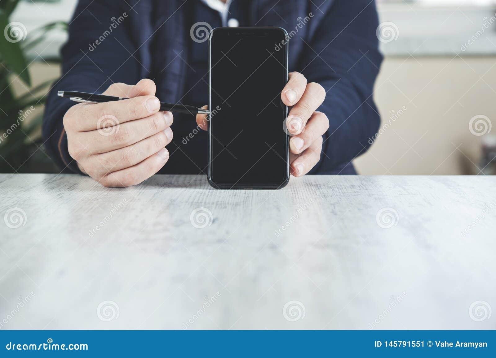 Ручка руки человека с телефоном