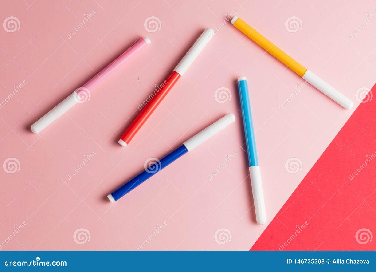4 ручки войлок-подсказки изолированной на пинке и красной предпосылке