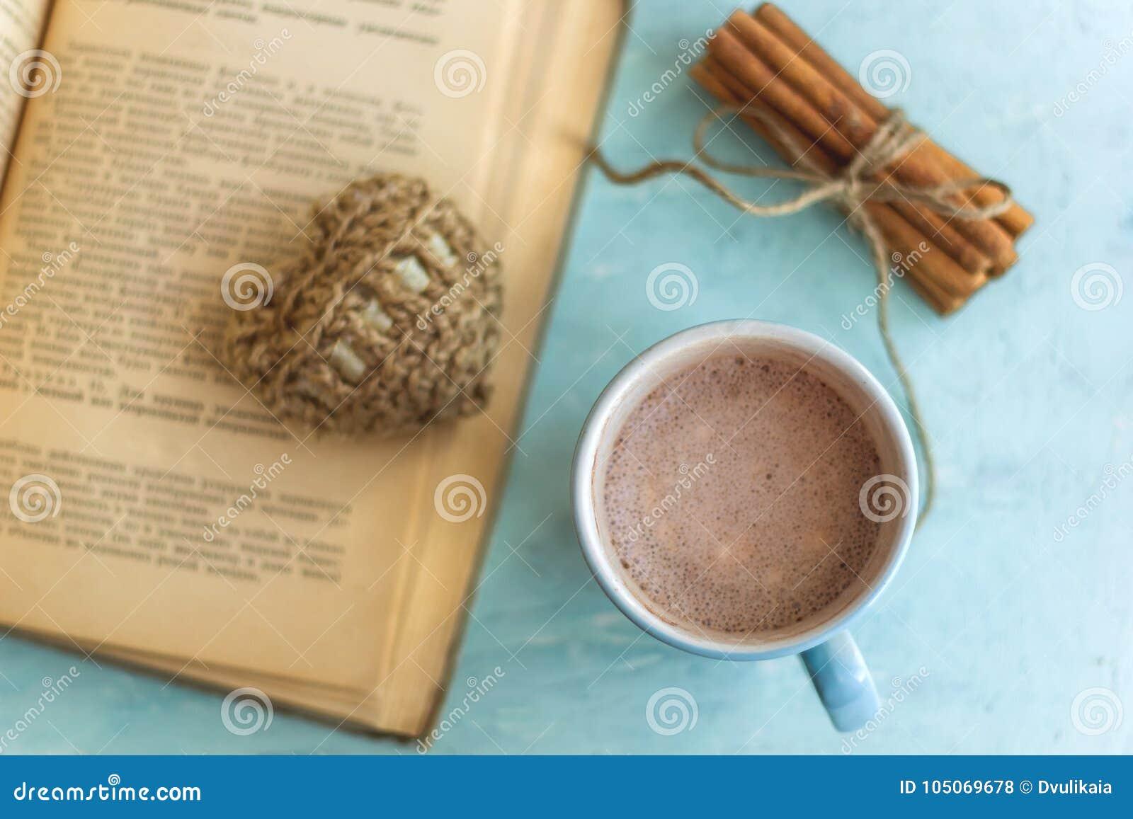 ручки циннамона старой книги чашки какао и связанное сердце