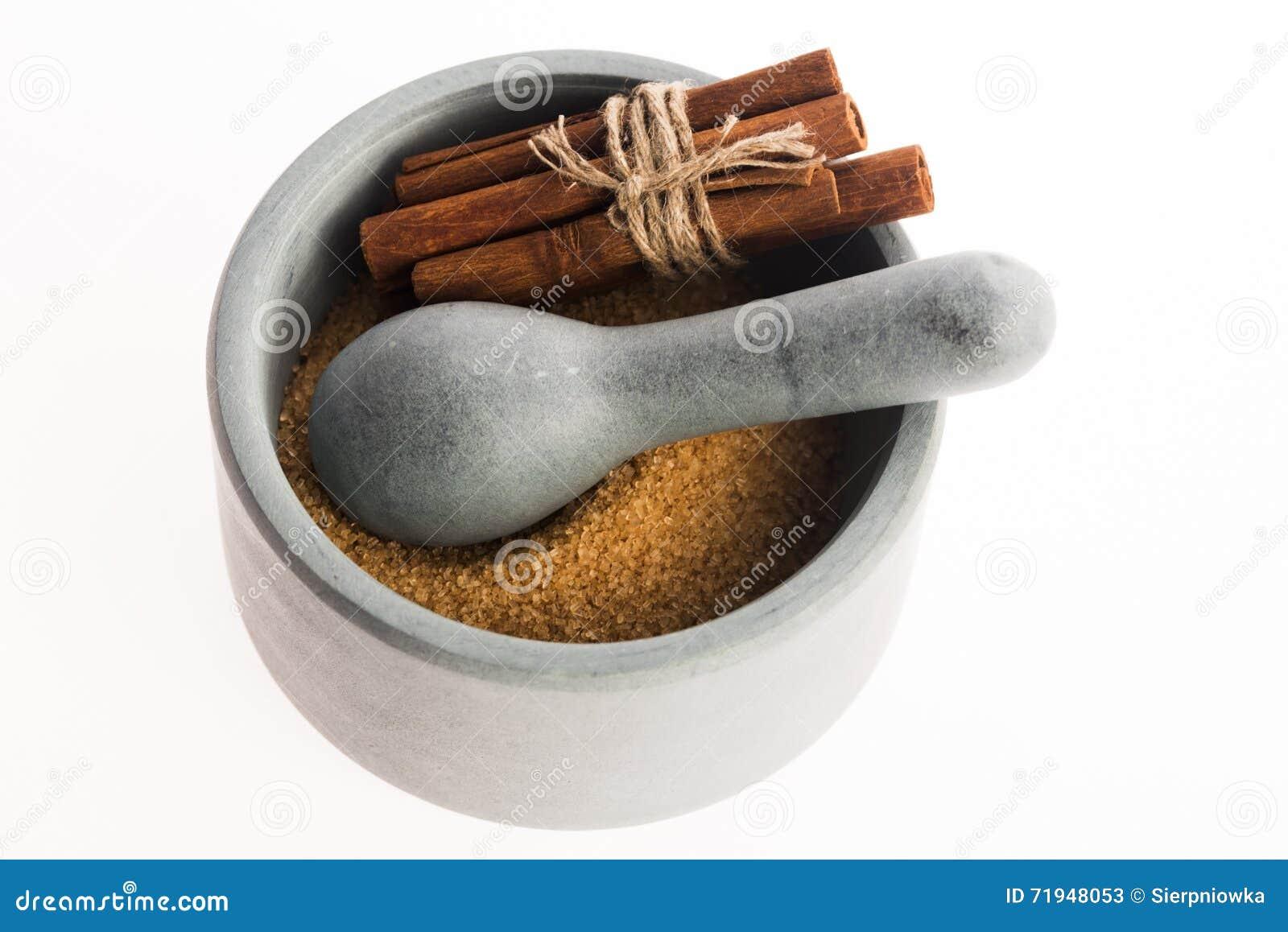 Ручки циннамона с чисто желтым сахарным песком тросточки в миномете