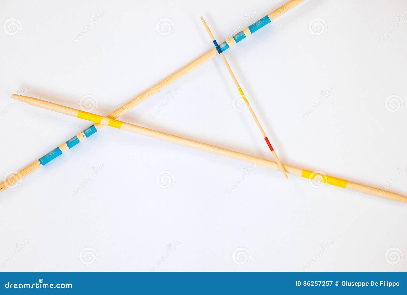 Ручки Mikado разбросали на белую предпосылку - 7