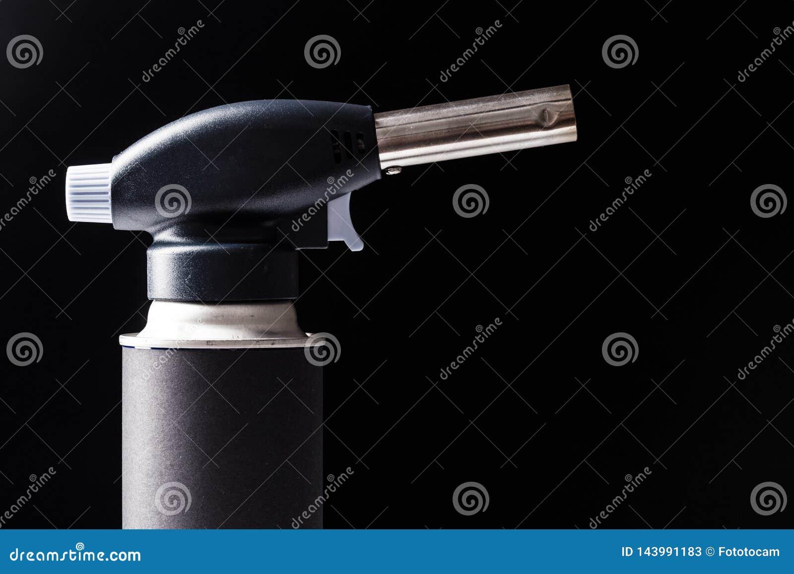 Ручная газовая горелка на черной предпосылке