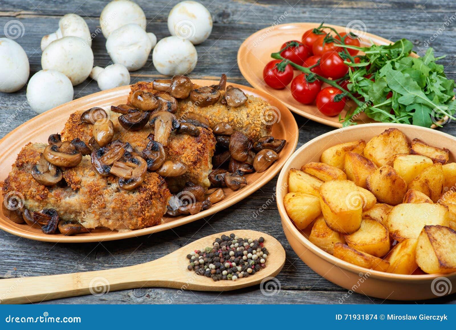 Рулада свинины с зажаренными в духовке грибами и картошками