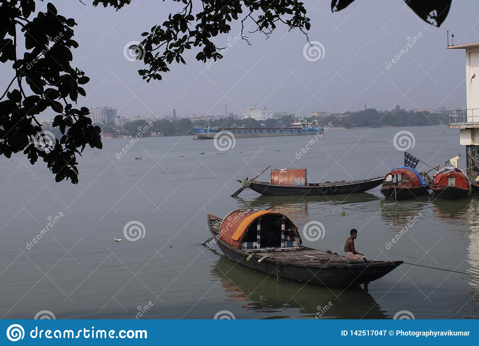 Рыбацкая лодка на реке Ганге
