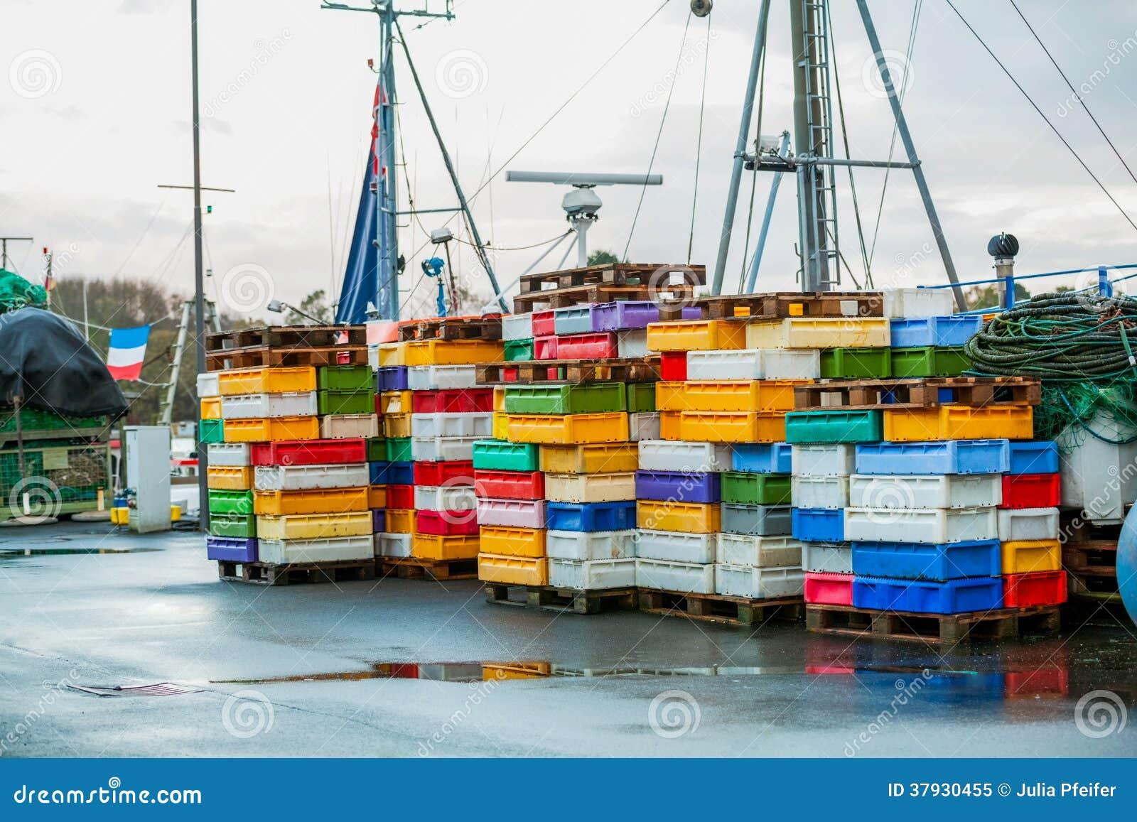 Рыбацкая лодка в гавани
