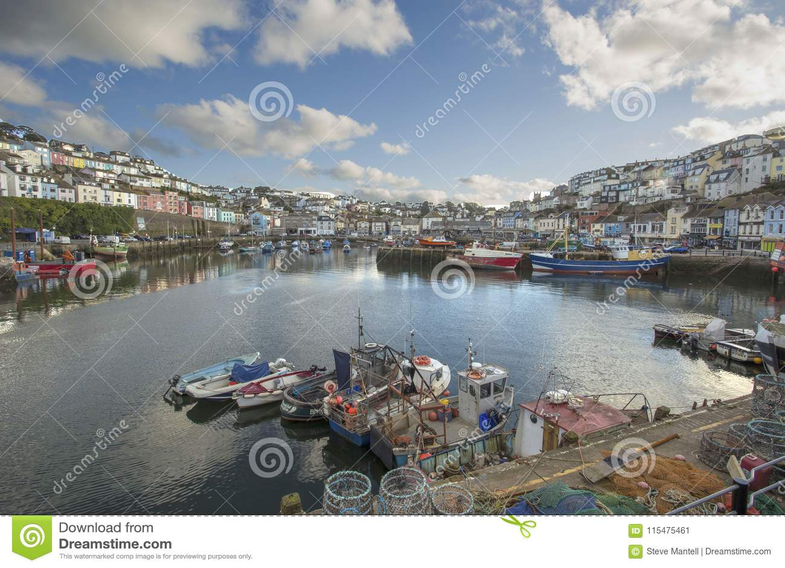 Рыбацкие лодки и таунхаусы гавани Brixham
