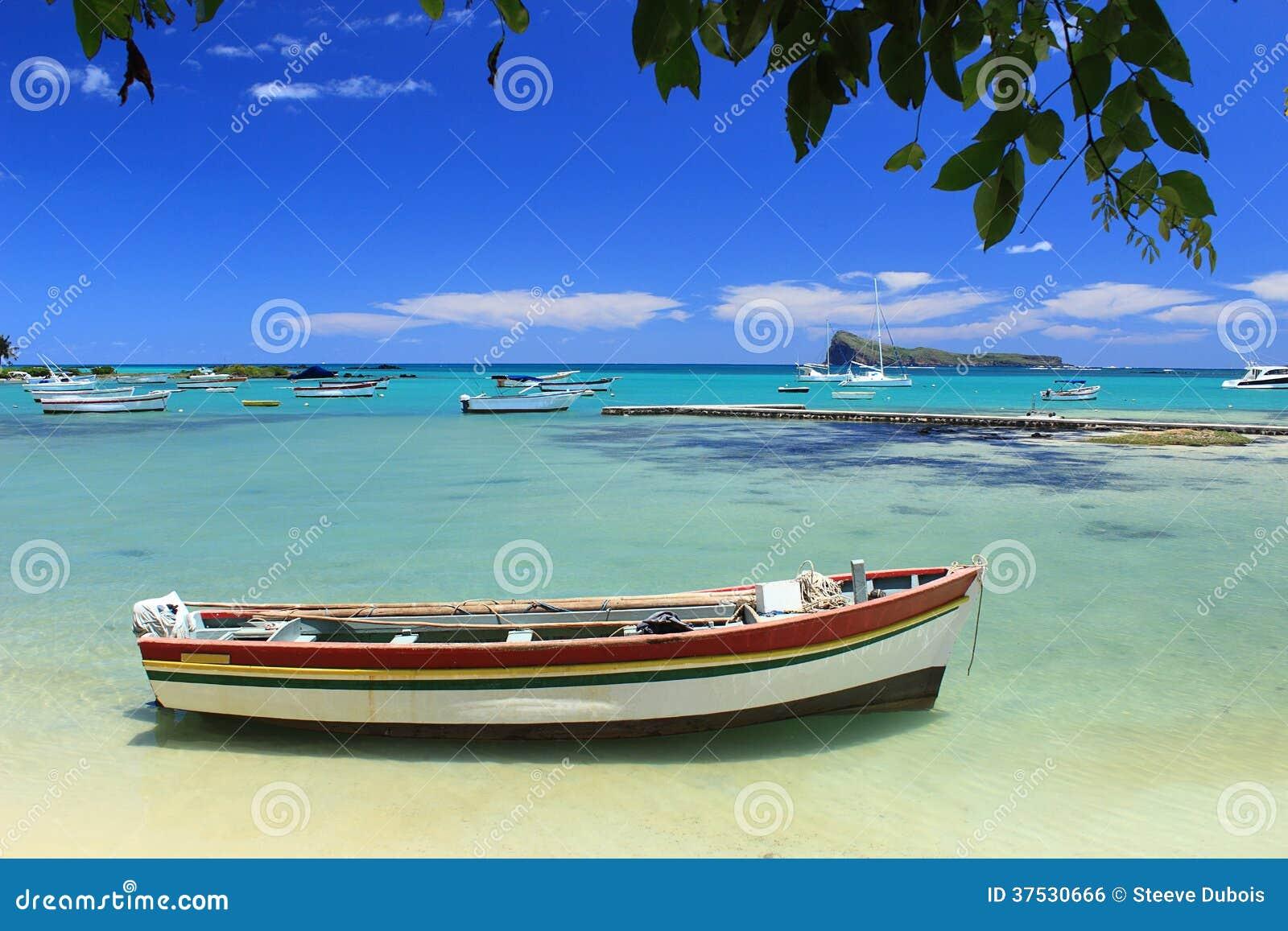 Рыбацкие лодки, море бирюзы и тропическое голубое небо