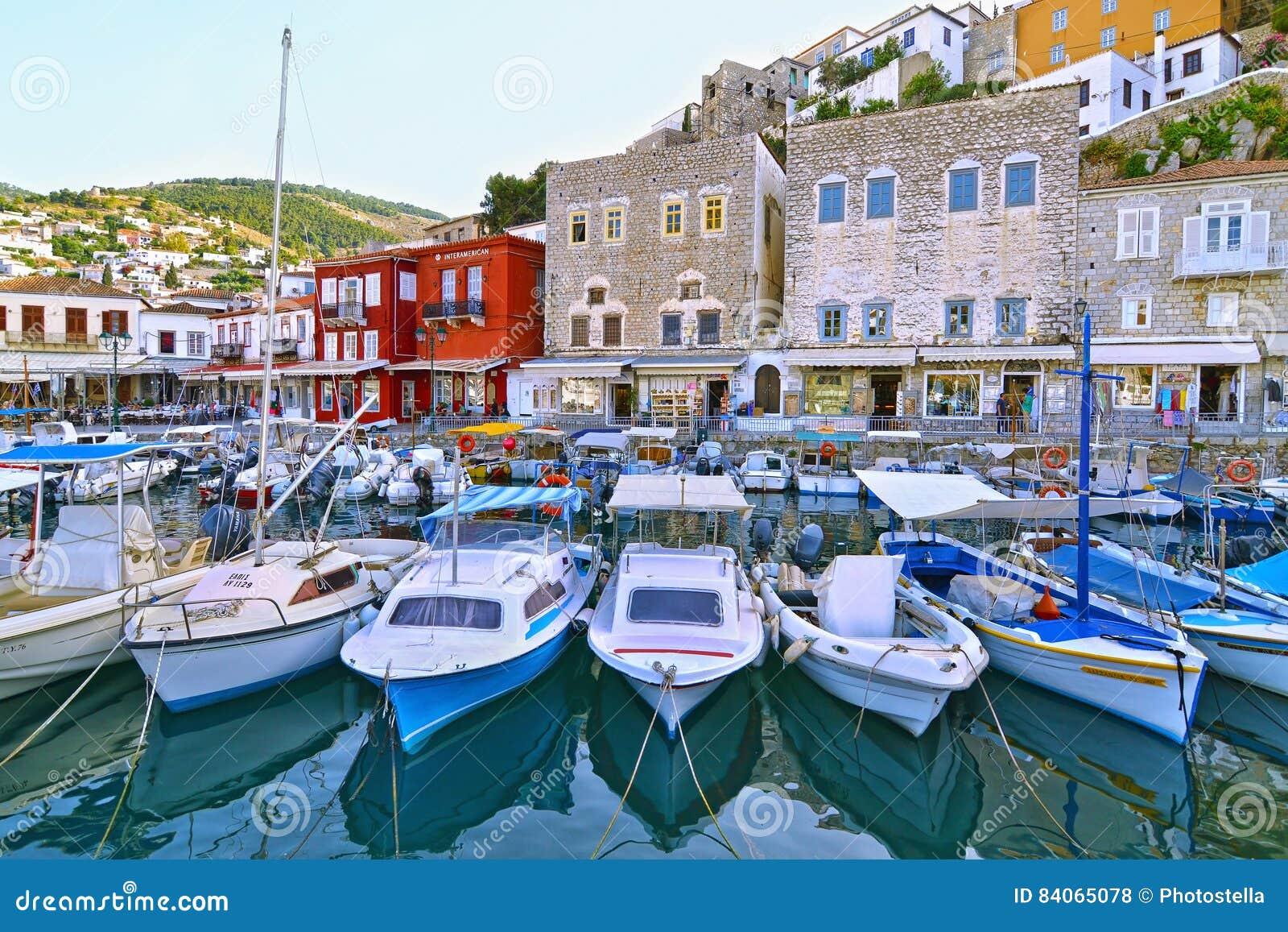 Рыбацкие лодки на заливе Греции Saronic порта гидры