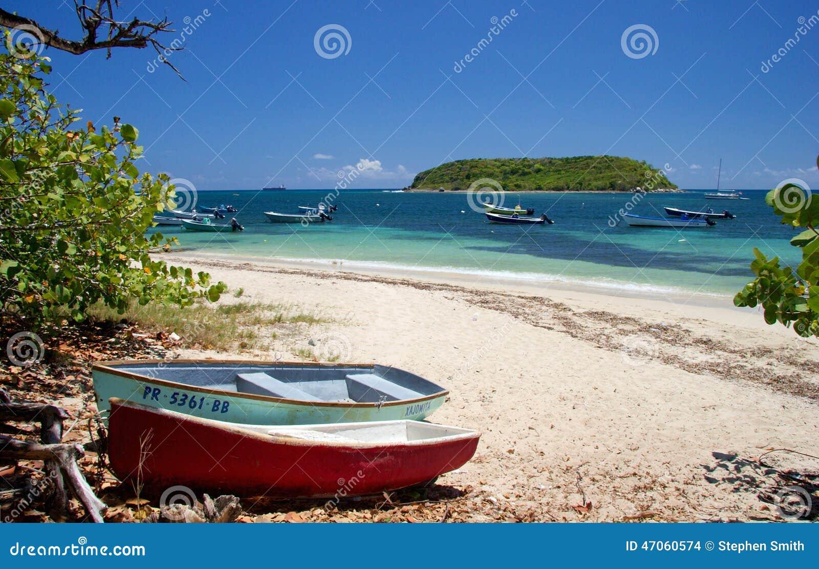 Рыбацкие лодки на пляже, острове Vieques, Пуэрто-Рико