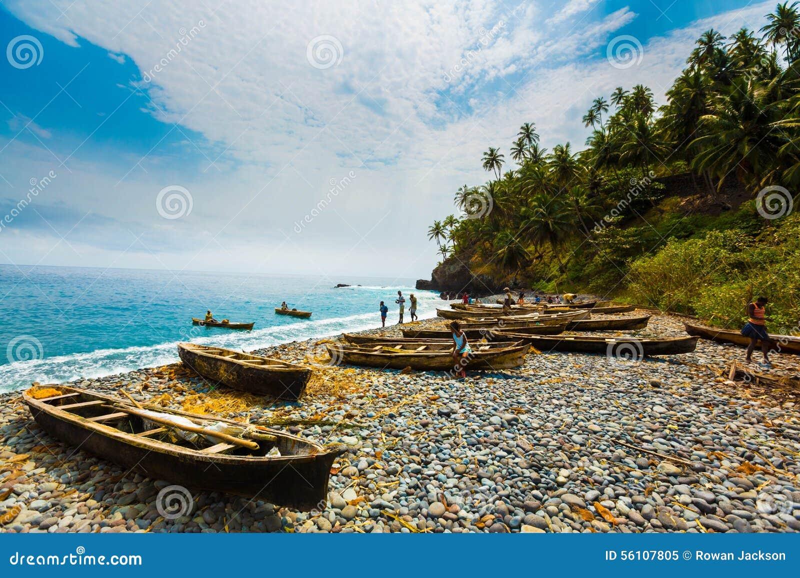 Рыбацкие лодки на пляже Sao Tome