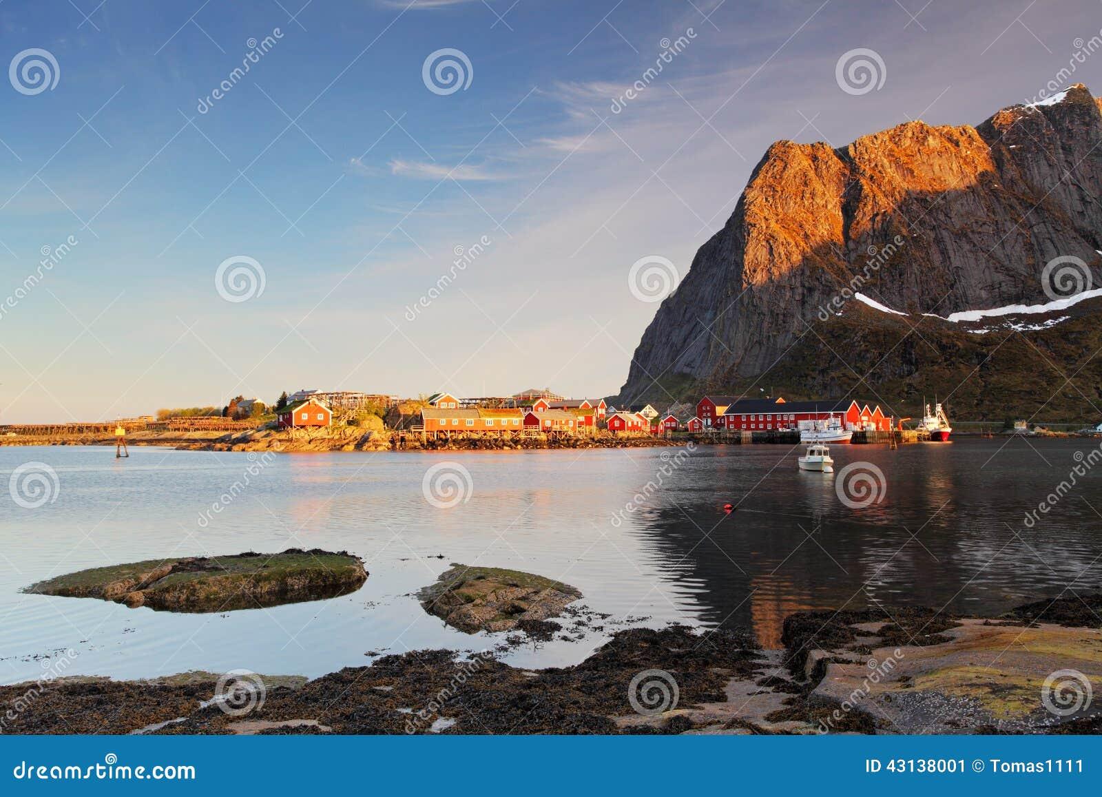 Рыбацкий поселок на побережье фьорда на островах Lofoten внутри ни